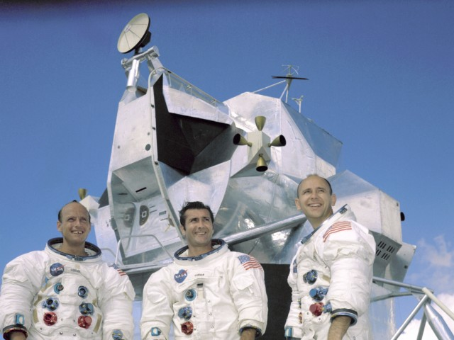 Charles Conrad (l), CDR - Richard Gordon (c), CMP - Alan Bean (r), LMP